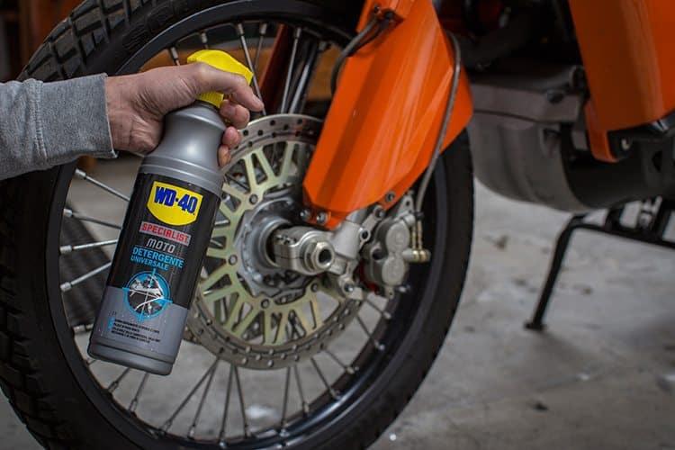 Como trocar o pneu e limpar as jantes da moto