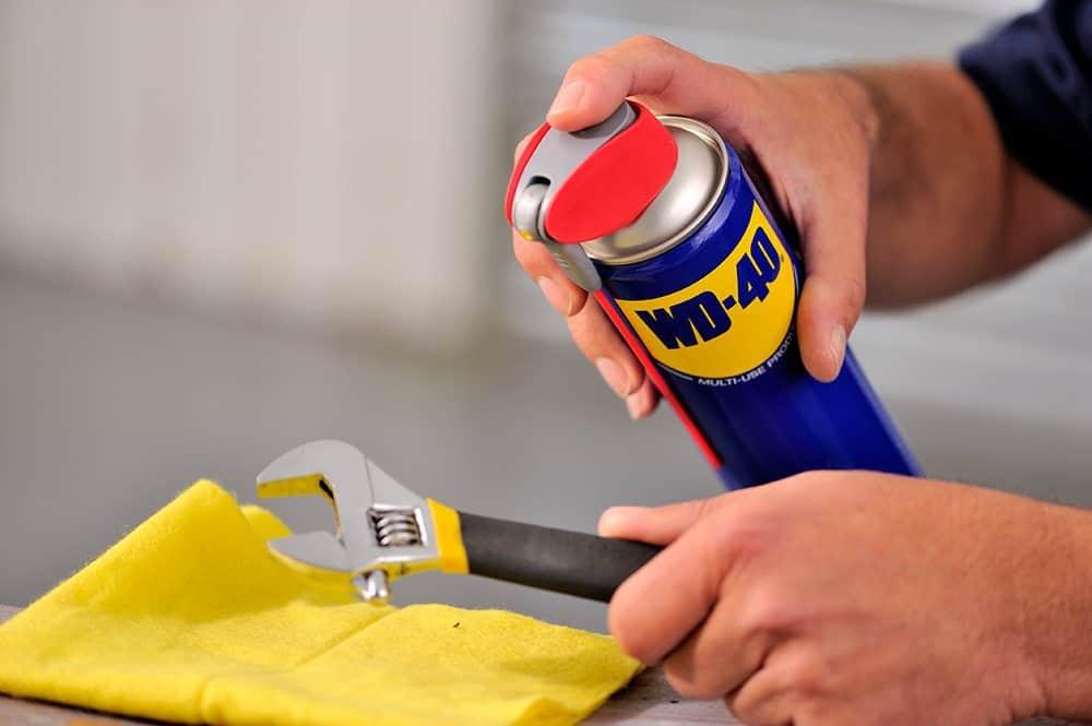 Como tirar manchas de diversas superfícies com WD-40